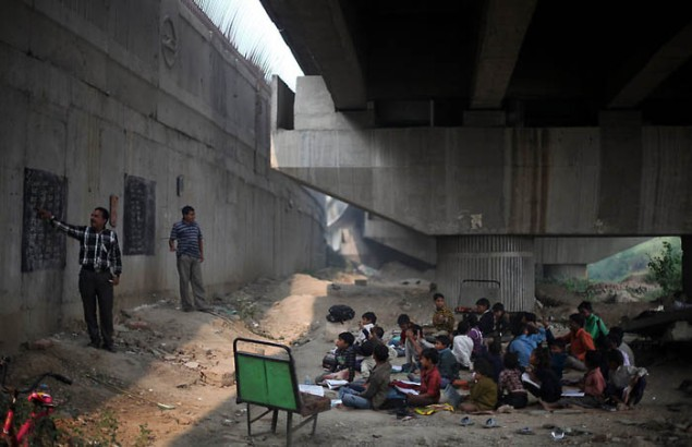 School under the bridge in India (SOURCE: weirdhut.com)